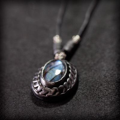 LEATHER-TUNA-1120-pendant2.jpg
